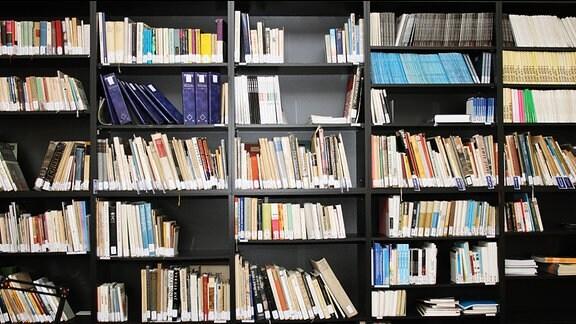 Bücherregal in einer Bibliothek