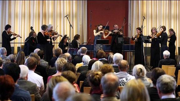 Liv Heym zusammen mit dem Leipziger Barockorchester