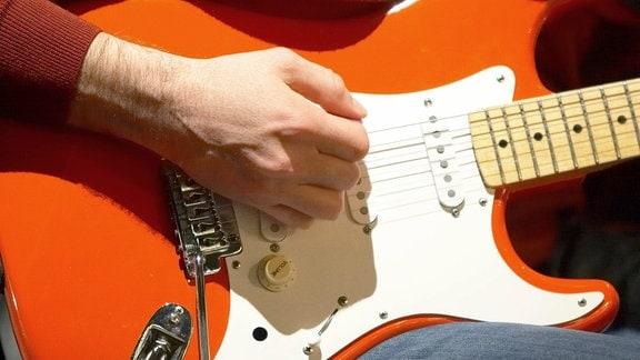 Gitarrist spielt eine Fender Stratocaster