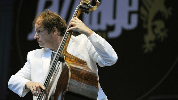 Bassist Kilian Forster ( Klazzbrothers & Cuba Percussion ) bei einem Auftritt