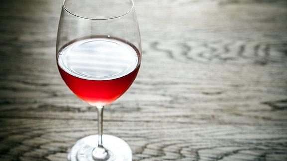 Halb volles Glas mit Wein