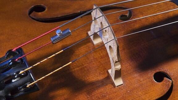 Nahaufnahme des Stegs einer Geige