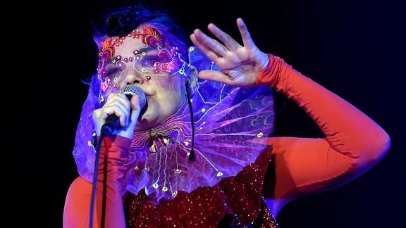 Die isländische Musikerin Björk steht am 02.08.2015 in Berlin auf der Bühne.