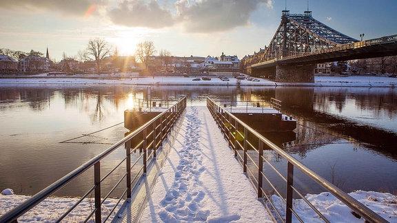 Winter in Dresden am Blauen Wunder, mit Anlegesteg.
