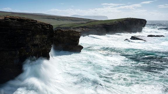 Wellen brechen an den Klippen von Yesnaby, Schottland.