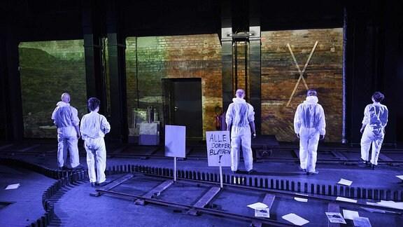 """Szene aus """"Brennende Erde am Schauspiel Leipzig"""