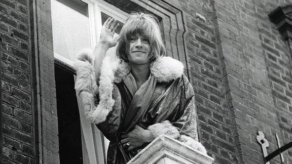 Der einstige Gitarrist der Rolling Stones, Brian Jones winkt von einem Balkon aus.