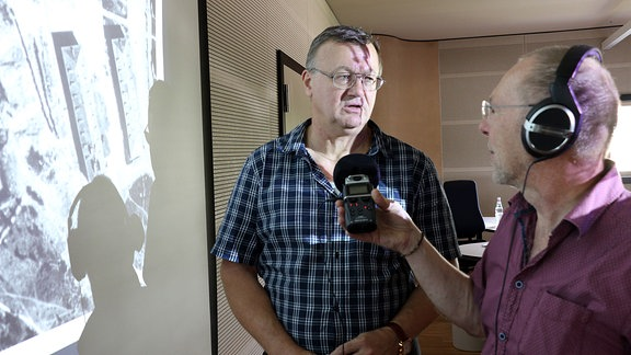 Luftbild-Experten Jürgen Möller (l.) und Peter-Hugo Scholz, Buchenwald, Depots