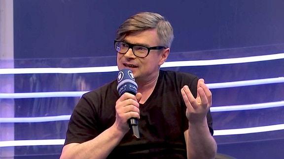 Jaroslav Rudiš, gestikulierend