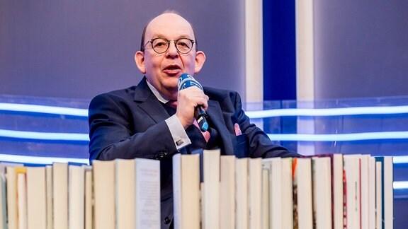 Der deutscher Literaturkritiker Denis Scheck spricht im ARD Forum auf der Leipziger Buchmesse am 16.03.2018 in der neuen Messe Leipzig.