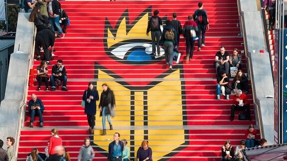 Das Logo der Buchmesse Leipzig ist in der Glashalle auf dem Neuen Messegelände der Buch- und Messestadt Leipzig auf die Stufen geklebt.