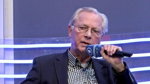 Uwe-Karsten Heye redet auf der Leipziger Buchmesse über seine Autobiografie 'Und nicht vergessen'.