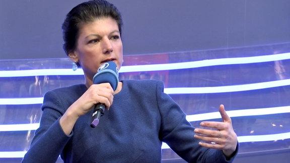 Sahra Wagenknecht spricht über ihr Buch 'Reichtum ohne Gier' auf der Leipziger Buchmesse.