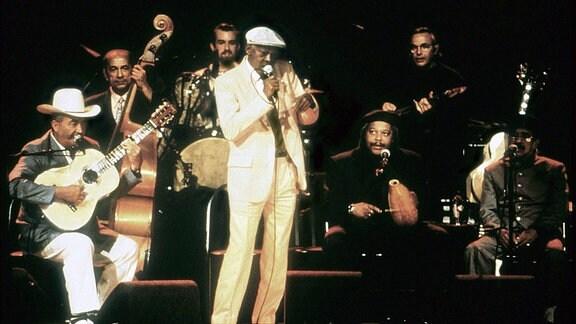 Szene aus - Buena Vista Social Club - Musiker auf Bühne.