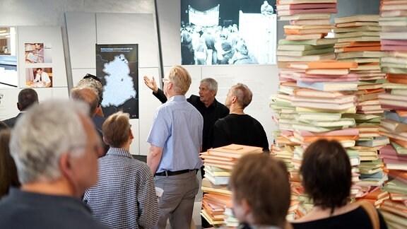 Menschen stehen in einer Ausstellung