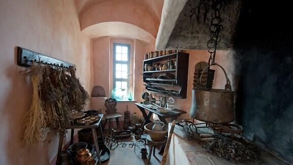 Eine nachempfundene historische Küche auf der Burg Stolpen in Stolpen.