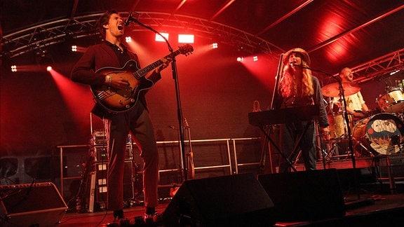 Alexander Köck und Stephanie Widmer von der Band Cari Cari beim Alinae Lumr Festival in Storkow.