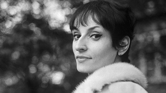 Die französische Chansonsängerin und Komponistin Barbara, 1960er Jahre