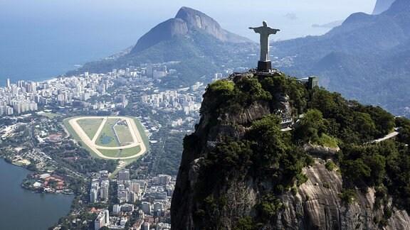 Cristo Redentor ist eine Jesus-Statue im Süden von Rio de Janeiro auf dem Berg Corcovado.