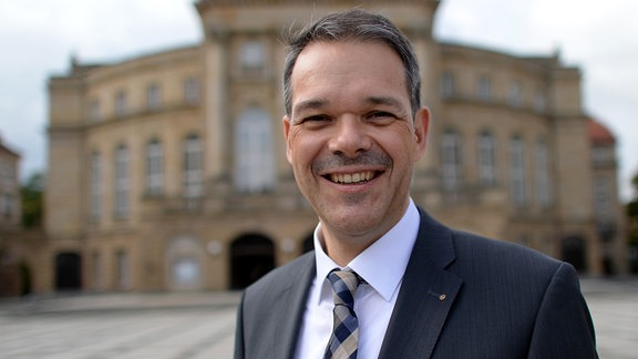 Der Generalintendant der Theater Chemnitz, Christoph Dittrich lächelt am 12.09.2013 vor der Oper Chemnitz in die Kamera.