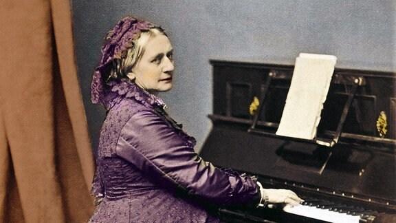 Clara Schumann (1819 - 1896), deutsche Pianistin und Komponistin, am Klavier.