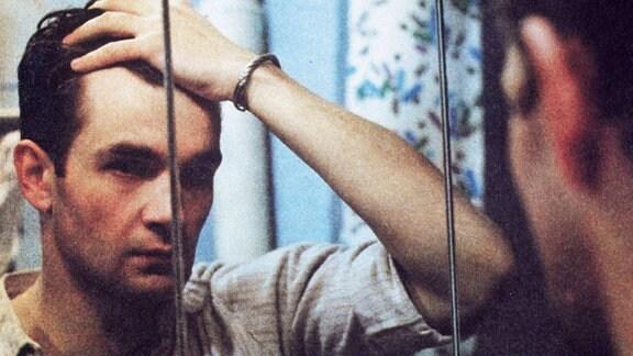 Philipp (Matthias Freihof) vor einem Spiegel