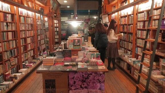 Blick in die Buchhandlung im Specks Hof mit Buchregalen und Büchertischen