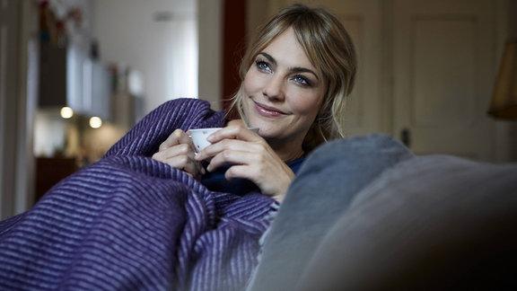 Frau auf einer Couch