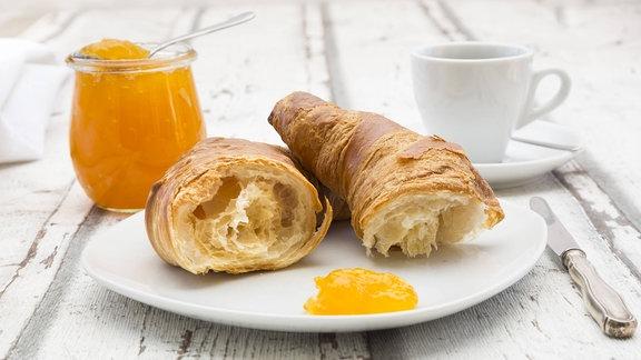 Croissant, Aprikosenmarmelade und eine Kaffeetasse