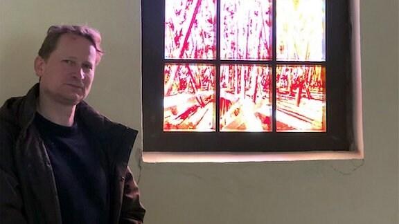 David Schnell vor Dorffenster.
