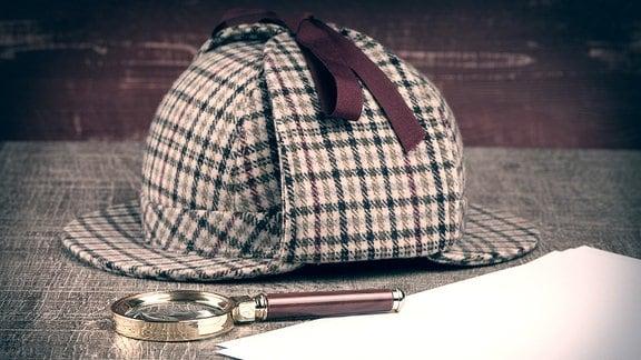 Deerstalker-Mütze, Lupe und Zettel