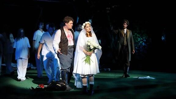 Artjoms Safronovs (als Max), Inna Klochko (als Agathe) und Leonhard Geiger (als Ottokar), v.l., während der Fotoprobe zu Der Freischütz im Heckentheater der Kammeroper Schloss Rheinsberg.