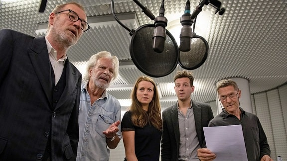 """Bei den Aufnahmen der Hörspielserie """"Der nasse Fisch"""": v.li.: Peter Lohmeyer (Wolter), Peter Sattmann (Gennat), Alice Dwyer (Charly Ritter), Ole Lagerpusch (Gereon Rath) und Udo Schenk (Zörgiebel)"""