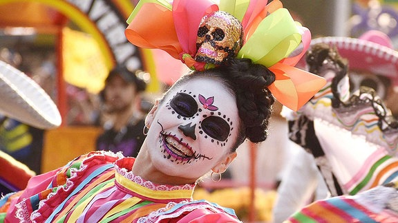 Traditionell gekleidete Tänzerinnen beim Tag der Toten in Mexiko.