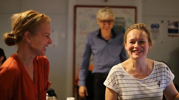 """Carina Wiese (l), Stefan Kanis, Anja Schneider (r), Aufgenommen bei der Produktion des Hörspiels """"Die Entgiftung des Mannes"""" im MDR-Studio Halle, Regie: Stefan Kanis"""