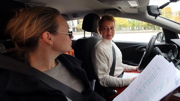 """Anja Schneider (l), Carina Wiese (r), Aufgenommen bei der Produktion des Hörspiels """"Die Entgiftung des Mannes"""" im MDR-Studio Halle, Regie: Stefan Kanis"""