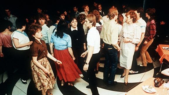 Jugendliche tanzen bin der Diskothek im Palast der Republik in Berlin (Ost)