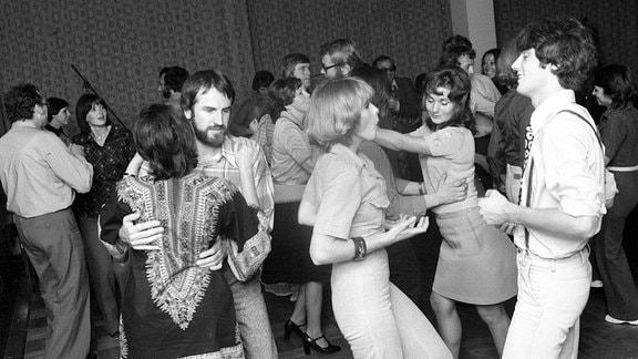 Tanzende Paare in der Disko des Kulturpalastes im Rahmen des Internationalen Schlagerfestivals in Dresden