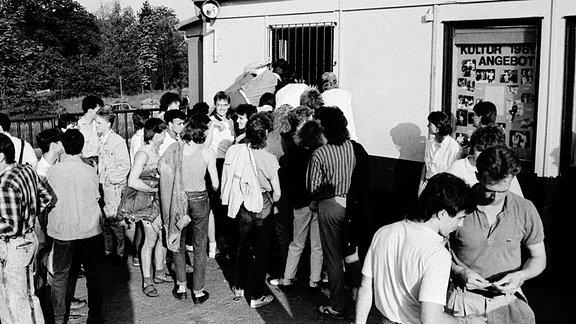 Jugendliche stehen in Karl-Marx-Stadt nach Disko Eintrittskarten an