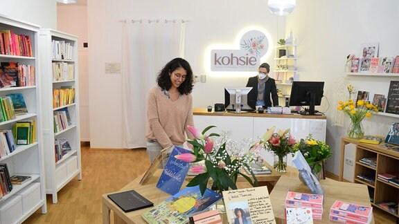 Eine Frau steht an der Buchauslage in der Diversity-Buchhandlung kohsie in Halle.