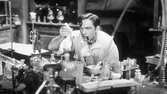"""Szene aus dem Film """"Dr. Jekyll and Mr. Hyde"""" (USA, 1931) mit Fredric March in der Hauptrolle"""