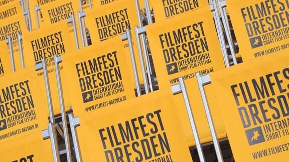 Klappstühle mit der Aufschrift Filmfest Dresden