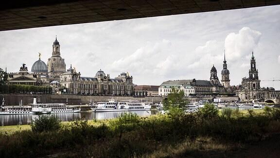 Blick vom Elbufer auf die Altstadt von Dresden.