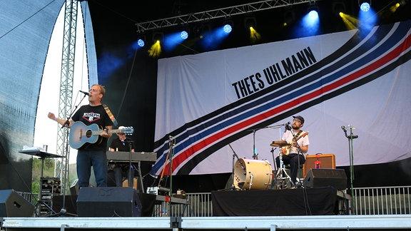 Thees Uhlmann mir Band auf der Bühne.