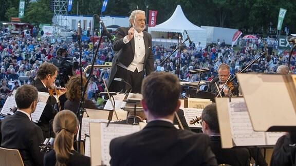 Die Sächsischen Staatskapelle Dresden und Dirigent Placido Domingo sowie Denis Matsuev am Klavier