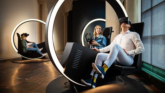 Menschen sitzen in VR-Bikes