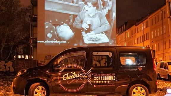 Freiluftkinos Electric Cinema der Schaubühne Lindenfels Leipzig. Auf dem Foto läuft gerade ein Charlie Chaplin Film.
