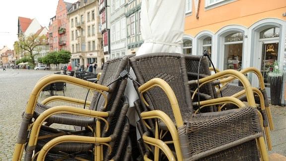 leere Tische eines Restaurant am Domplatz in der Erfurter Innenstadt