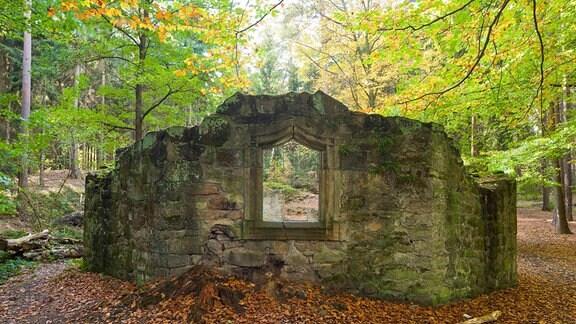 Die Barbarakapelle ist eine um 1500 erbaute Kapelle mitten im Wald