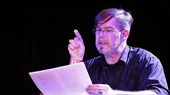 Fantasy-Autor Markus Heitz liest aus einem seiner Manuskripte